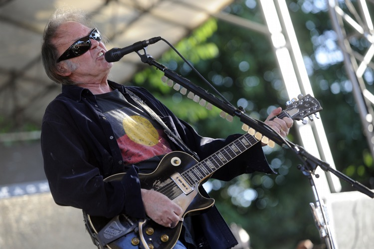 "Neil Young – ""Keep On Rocking In A Free World"" am Tanzbrunnen. – ... schroffen Art in den frischen Juniwind."