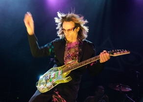 Watch Frank Zappa and Steve Vai Play