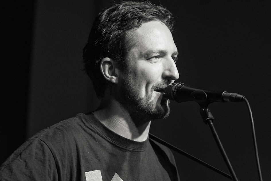 Frank Turner solo auf dem Escobar Sun Deck in Berlin. – Frank Turner live in Berlin 2015