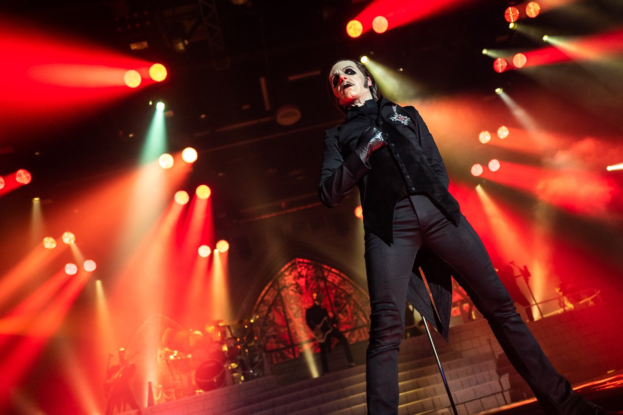 Cardinal Copia und seine Messdiener live on stage. – Ghost.