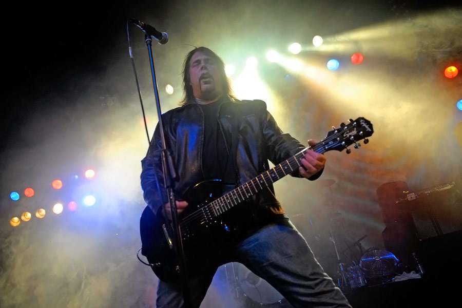 Monster Magnet – Dave Wyndorf und Band live in der Kölner Live Music Hall. – Dave am Mikro.