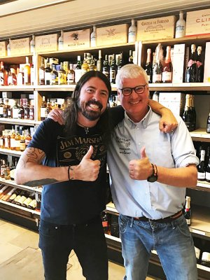 Foo Fighters: Dave Grohl gibt Fans Wein aus