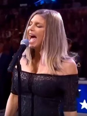 Fremdscham: Fergie vergeigt Nationalhymne