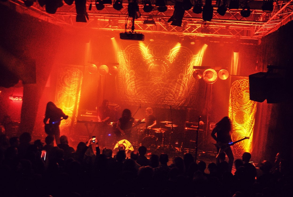 "Wolves In The Throne Room – Wolves In The Ruhrpott: ""Thrice Woven"" live in Bochum. – Mit fünf Live-Musikern ist aus WITTR inzwischen eine wahre Macht geworden."