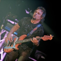 Michael Anthony am Bass.